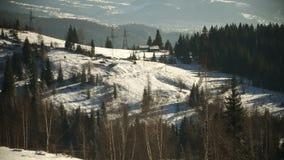Wintergebirgslandschaft am sonnigen Tag stock video footage
