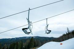 Wintergebirgspanorama mit Skisteigungen und -skiliften alpen Österreich lizenzfreies stockbild