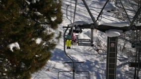 Wintergebirgspanorama, Skilifte stock footage