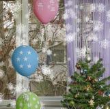 Wintergeburtstag! Weihnachtsbaum mit Ballonen und Schneeflocken Stockfotos