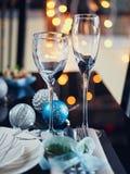 Wintergedeck mit Weihnachtsdekoration stockfoto