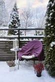 Wintergefühl auf schneebedeckter Gartenterrasse Lizenzfreies Stockbild