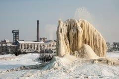 Wintergeysir auf Schlammfeldern Lizenzfreie Stockfotografie