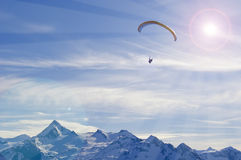 Wintergleitschirmfliegen in den Alpenbergen Stockfotografie