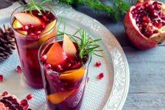 Wintergranatapfelsangria lizenzfreie stockbilder