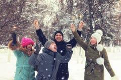 Wintergruppe junge Leute mit Wunderkerzen Lizenzfreies Stockbild