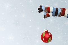 Winterhandschuh mit Weihnachtskugel Stockfotos