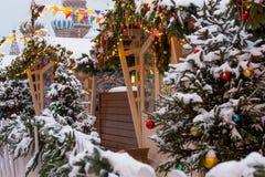 Winterhaus im Wald auf dem quadratischen verzierten Haus mit Weihnachtsbäumen stockfotografie