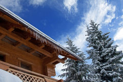 Winterhaus mit Eiszapfen Stockfotografie