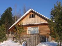 Winterhaus in Sibirien lizenzfreie stockfotos