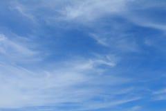 Winterhimmel mit irgendeiner Wolke Lizenzfreies Stockbild