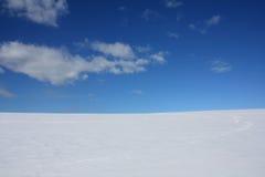 Winterhimmelhorizontschnee und -wolken Stockfoto