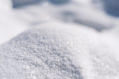 Winterhintergrund mit Schnee, Sonnenlicht und Reflexionen, Designhintergrund für Grußkarte, Raum für Text, Weichzeichnung Stockbilder