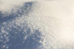 Winterhintergrund mit Schnee, Sonnenlicht und Reflexionen, Designhintergrund für Grußkarte, Raum für Text, Weichzeichnung Lizenzfreie Stockfotos