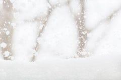 Winterhintergrund mit schneebedeckter Ansicht außerhalb des Fensters, Clo Stockbilder