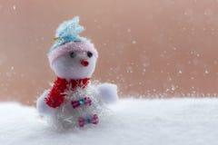 Winterhintergrund mit Schneemann Lizenzfreie Stockfotos