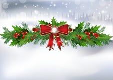 Winterhintergrund mit Stechpalmenbeeren, Kranz und rotem Band Stockfotografie