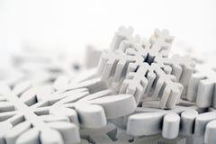 Winterhintergrund mit weißen Schneeflocken Stockbild