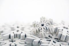Winterhintergrund mit weißen Schneeflocken Stockfotos