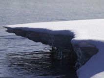 Winterjahreszeit entlang dem Fluss lizenzfreie stockfotografie