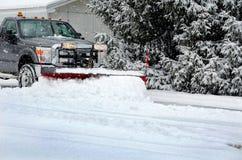 Winterjob, der Schnee pflügt Lizenzfreies Stockfoto