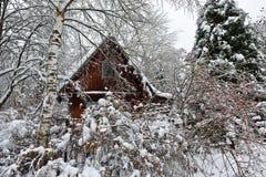 Winterkabine im Szeneneis Stockfoto