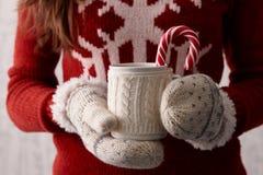 Winterkaffee mit einer Zuckerstange Stockfoto