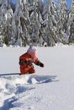 Winterkind im Schnee Stockfotografie