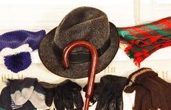 Winterkleidung auf einem Heizkörper. Stockfoto