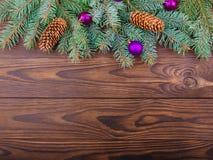 Winterkonzept des Tannenbaums auf einem braunen hölzernen Hintergrund stockfotografie