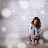 Winterkrise und Einsamkeit - unglückliche Frau, die auf sitzt Stockfotos