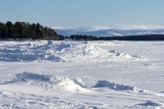 Winterlandschaft auf den Ufern des weißen Meeres stockfoto