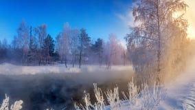 Winterlandschaft auf einem Fluss mit Nebel und Bäumen im Frost von Russland, die Urals Stockbilder