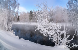Winterlandschaft auf einem Fluss mit Nebel und Bäumen im Frost von Russland, die Urals Lizenzfreie Stockbilder