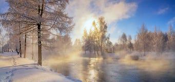 Winterlandschaft auf einem Fluss mit Nebel und Bäumen im Frost von Russland, die Urals Lizenzfreies Stockfoto