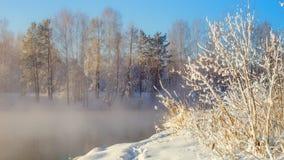 Winterlandschaft auf einem Fluss mit Wald im Frost, Russland, Ural Stockfoto