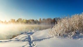 Winterlandschaft auf einem Fluss mit Wald im Frost, Russland, Ural Stockfotos
