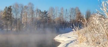 Winterlandschaft auf einem Fluss mit Wald im Frost, Russland, Ural Lizenzfreies Stockfoto