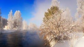 Winterlandschaft auf einem Fluss mit Wald im Frost, Russland, Ural Stockbilder