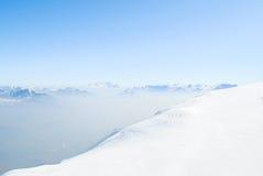 Winterlandschaft, Berge mit schönem blauem Himmel Lizenzfreies Stockfoto