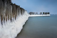 Winterlandschaft in dem Meer in Polen lizenzfreies stockbild