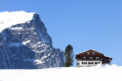 Winterlandschaft in den österreichischen Alpen, hölzernes Chalet im Schnee Lizenzfreie Stockfotografie