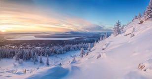 Winterlandschaft in den Bergen bei dem Sonnenaufgang Lizenzfreies Stockbild