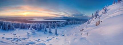 Winterlandschaft in den Bergen bei dem Sonnenaufgang Stockfotografie