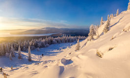 Winterlandschaft in den Bergen bei dem Sonnenaufgang Stockbild