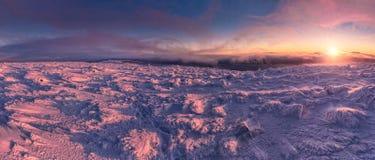 Winterlandschaft in den Bergen bei Sonnenaufgang Stockbild