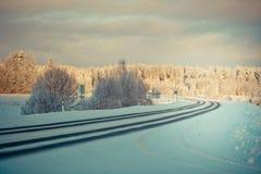 Winterlandschaft an der Dämmerung stockfoto