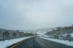 Winterlandschaft der Landschaftsstraße umfasst mit Schnee Lizenzfreie Stockbilder