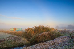 Winterlandschaft der Wiese am Sonnenaufgang Stockfoto
