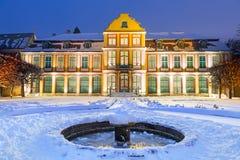 Winterlandschaft des Abt-Palastes im schneebedeckten Park Stockfotos